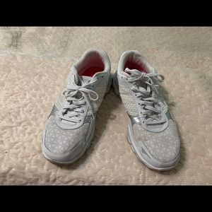 Skechers Goga White Size 8 worn but in good cond